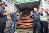 Petugas memeriksa kontainer beirisi kayu ilegal yang diamankan di depo SPIL, Surabaya, Jawa Timur, Kamis (6/12/2018). Direktorat Jenderal (Ditjen) Penegakkan Hukum Lingkungan Hidup dan Kehutanan (Gakkum LHK), Balai Gakkum LHK dan didukung oleh Koarmada II mengamankan 40 kontainer berisi kayu merbau ilegal yang diperkirakan senilai Rp12 milyar saat operasi tangkap tangan penampung kayu ilegal pada dua IUIPHHK. Antara Jatim/Didik Suhartono/ZK.