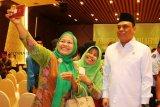 Wakil Ketua Umum Pengurus Pusat Dewan Masjid Indonesia (DMI) sekaligus Menteri Pendayagunaan Aparatur Negara dan Reformasi Birokrasi (Menpan RB) Syafruddin (kanan) berfoto bersama tamu usai pelantikan pengurus PW DMI Kalbar periode 2018-2023 di Kabupaten Kubu Raya, Kalbar, Selasa (18/12/2018). Dalam kegiatan bertajuk penguatan program DMI mewujudkan masjid sebagai pusat peradaban umat tersebut, Syafruddin menyatakan bahwa tidak ada masjid di Indonesia yang dijadikan tempat doktrin aliran radikalisme. ANTARA FOTO/Jessica Helena Wuysang