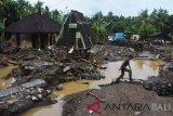 Anggota TNI melintas di dekat rumah warga yang diterjang banjir di Lingkungani Bilok Poh, Jembrana, Bali, Senin (24/12/2018). Hujan deras yang mengguyur Bali menyebabkan meluapnya Sungai Bilok Poh sehingga sedikitnya 62 rumah tercatat diterjang banjir, empat unit mobil terseret arus, 80 hektar sawah rusak dan petugas masih mendata kerusakan lainnya. ANTARA FOTO/Nyoman Hendra Wibowo/nym.Anggota TNI melintas di dekat rumah warga yang diterjang banjir di Lingkungani Bilok Poh, Jembrana, Bali, Senin (24/12/2018). Hujan deras yang mengguyur Bali menyebabkan meluapnya Sungai Bilok Poh sehingga sedikitnya 62 rumah tercatat diterjang banjir, empat unit mobil terseret arus, 80 hektar sawah rusak dan petugas masih mendata kerusakan lainnya. ANTARA FOTO/Nyoman Hendra Wibowo/nym.