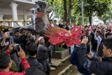 Warga membawa patung ayam yang merupakan simbol pemerintahan Cianjur saat aksi unjuk rasa terkait tertangkapnya bupati Cianjur di alun-alun, Kabupaten Cianjur, Jawa Barat, Jumat (14/12/2018). Aksi yang diikutin ribuan warga tersebut merupakan bentuk apresiasi warga terhadap KPK yang telah melakukan Operasi Tangkap Tangan (OTT) kepada Bupati Cianjur Irvan Rivano Muchtar atas dugaan korupsi dana pendidikan. ANTARA JABAR/Nurul Ramadhan/agr.
