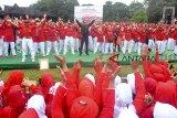 Presiden Joko Widodo (tengah) mengikuti Senam Tera Indonesia di Kebun Raya Bogor, Jawa Barat, Minggu (9/12/2018). Kegiatan Senam Tera Indonesia dalam rangka Hari Tera Indonesia (HATERI) ke-33 tahun 2018 yang diikuti sekitar 20 ribu peserta dari 26 provinsi di Indonesia tersebut berhasil memecahkan Original Rekor Indonesia untuk kategori Senam Tera Terbanyak se-Indonesia. ANTARA JABAR/Arif Firmansyah/agr.