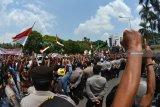 Sejumlah warga menggelar aksi demo di depan Kantor Pemkab Jember, Jawa Timur, Senin (10/12/2018). Dalam aksinya itu ribuan warga Kecamatan Silo menolak Izin Usaha Pertambangan (IUP) emas di Blok Silo yang dikeluarkan oleh Menteri ESDM. Antara Jatim/Seno/ZK.