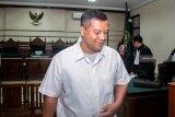 Terdakwa Bupati Nonaktif Mojokerto, Mustofa Kamal Pasa  meninggalkan ruangan seusai menjalani sidang tuntutan terkait kasus suap atas pengurusan izin prinsip pemanfaatan ruang (IPPR) dan Izin Mendirikan Bangunan (IMB) menara Telekomunikasi di Kabupaten Mojokerto tahun 2015 sebesar Rp2,7 miliar di Pengadilan Tindak Pidana Korupsi (Tipikor) Juanda, Sidoarjo, Jawa Timur, Jumat (28/12/2018). Jaksa penuntut umum menuntut Mustofa Kamal Pasa dengan pidana 12 tahun penjara dan denda Rp750 juta subsider kurungan selama enam bulan serta pencabutan hak politik selama lima tahun. Antara Jatim/Umarul Faruq/ZK.