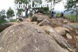 Wisatawan menikmati pemandangan alam berlatar belakang air terjun Sedudo di Bukit Watu Lawang, Nganjuk, Jawa Timur, Minggu (2/12/2018). Wisata di lereng gunung Wilis yang dibuka untuk umum pada tahun 2017 tersebut menjadi populer dan banyak dicari pengunjung dari sejumlah daerah karena publikasi media sosial. Antara Jatim/Prasetia Fauzani/ZK