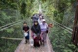 Pengunjung memadati Jembatan Gantung Situ Gunung di Taman Nasional Gunung Gede Pangrango (TNGGP) Resort Situgunung, Kabupaten Sukabumi, Jawa Barat, Senin (24/12/2018). Menjelang libur Natal dan Tahun Baru 2019, manajemen setempat mencatat sebanyak tiga ribu pengunjung per hari memadati wisata Jembatan Gantung Situ Gunung yang merupakan jembatan gantung terpanjang di Asia. ANTARA JABAR/Nurul Ramadhan/agr.