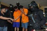 Polres Metro tangkap dua tersangka pengeroyok pria mabuk di Matraman