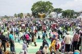 Warga berkumpul di Alun-alun saat aksi unjuk rasa terkait tertangkapnya bupati Cianjur di alun-alun, Kabupaten Cianjur, Jawa Barat, Jumat (14/12/2018). Aksi yang diikutin ribuan warga tersebut merupakan bentuk apresiasi warga terhadap KPK yang telah melakukan Operasi Tangkap Tangan (OTT) kepada Bupati Cianjur Irvan Rivano Muchtar atas dugaan korupsi dana pendidikan. ANTARA JABAR/Nurul Ramadhan/agr.