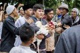 Warga mengamankan ayam yang merupakan simbol pemerintahan Cianjur saat  aksi unjuk rasa terkait tertangkapnya bupati Cianjur di alun-alun, Kabupaten Cianjur, Jawa Barat, Jumat (14/12/2018). Aksi yang diikutin ribuan warga tersebut merupakan bentuk apresiasi warga terhadap KPK yang telah melakukan Operasi Tangkap Tangan (OTT) kepada Bupati Cianjur Irvan Rivano Muchtar atas dugaan korupsi dana pendidikan. ANTARA JABAR/Nurul Ramadhan/agr.
