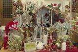 Pengelola toko mulai jajakan pernak-pernik natal
