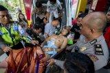 Anggota Resmob Satgas 3 Tinombala Bripka Andrew Maha Putra dievakuasi setelah tertembak ke Rumah Sakit Bhayangkara Palu, Sulawesi Tengah, Senin (31/12/2018). Dua anggota polisi tertembak diduga oleh Kelompok Sipil Bersenjata (KSB) saat melakukan evakuasi korban mutilasi di Dusun Salubose, Parigi Moutong. ANTARA FOTO/Basri Marzuki/nym