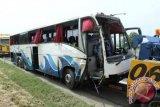 Bus sarat penumpang mundur di tanjakan dan terbalik