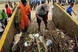 Lantamal VII/Kupang kumpulkan sampah pantai
