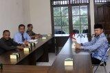 Ketua Badan Pengawas Pemilu (Bawaslu) Kota Bogor Yustinus Eliyas (kiri) bersama Walikota Bogor Bima Arya (kanan) dan anggota Bawaslu Kota Bogor menerima kedatangan Wali Kota Bogor di kantor Bawaslu Kota Bogor, Kelurahan Bantarjati, Kota Bogor, Jawa Barat, Jum'at (11/1/2019). Kedatangan Walikota Bogor Bima Arya tersebut untuk memenuhi panggilan dan memberikan klarifikasi kepada Bawaslu Kota Bogor terkait pose satu jari yang dilakukannya saat calon wakil presiden Ma'ruf Amin berkunjung ke Yayasan Al Ghazali, Bogor, Jawa Barat, Sabtu (5/1/2019). ANTARA JABAR/Arif Firmansyah/agr.