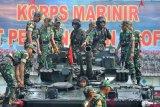 Prajurit Korps Marinir TNI AL memberi penjelasan di atas kendaraan tempur kepada Taruna Taruni Akademi TNI tingkat I saat Bhinneka Eka Bhakti 2019 di Bhumi Marinir Karangpilang Surabaya, Jawa Timur, Rabu (9/1/2019). Bhinneka Eka Bhakti 2019 diikuti 519 Taruna Taruni yang terdiri dari 295 orang Akademi Angkatan Darat, 109 orang Akademi Angkatan Laut dan 115 orang Akademi Angkatan Udara. ANTARA FOTO/M Risyal Hidayat/foc.