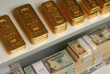 Dolar AS menguat tapi  harga emas kembali melemah untuk hari ketiga