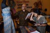Pemilik Usaha Kecil Menengah (UKM) menata hasil kerajinan saat mengikuti Kurasi Terpadu UKM dan Industri Kecil Menengah (IKM) di Kota Madiun, Jawa Timur, Kamis (24/1/2019). Kurasi UKM dan IKM terpadu yang digelar Pemprov Jawa Timur diikuti ratusan pemilik UKM dan IKM dari berbagai daerah di Jawa Timur dimaksudkan untuk mendorong pemilik UKM dan IKM meningkatkan kualitas produksi dan dalam rangka persiapan Provinsi Jawa Timur mengikuti pameran tingkat internasional. Antara Jatim/Siswowidodo/ZK.