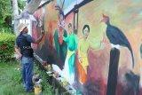 Sejumlah seniman Kalbar membuat lukisan mural di dinding pagar Hotel Mahkota di Pontianak, Sabtu (12/01/2019). Kegiatan yang digelar Kementerian Pariwisata, Adira Finance dan Inews TV tersebut, bertujuan untuk memperindah Kota Pontianak. ANTARA FOTO/Jessica Helena Wuysang