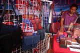 Pengrajin menata tas kulit Tanggulangin buatannya yang dipajang dalam Pasar Rakyat Usaha Mikro Kecil Menengah (UMKM) di jalan Ki Ageng Gribig, Malang, Jawa Timur, Senin (14/1/2019). Pasar Rakyat UMKM yang berlangsung selama sembilan hari tersebut merupakan upaya untuk memotivasi para pelaku usaha kreatif dalam meningkatkan nilai tambah produk melalui pemanfaatan bahan lokal sekaligus memperluas pangsa pasar produk kerajinan dalam negeri agar tidak kalah dengan produk impor. Antara Jatim/Ari Bowo Sucipto/zk