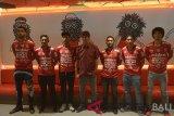 Pelatih Bali United yang baru Stefano Cugurra (tengah) berfoto bersama enam pemain baru seusai konferensi pers di Stadion I Wayan Dipta, Gianyar, Bali, Senin (14/1//2019). Bali United resmi mengumumkan pelatih baru dan enam pemain baru untuk persiapan kompetisi Liga Indonesia 2019. ANTARA FOTO/Nyoman Budhiana.