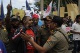 Protes Pencegahan Keberangkatan Mahasiswi Alor