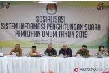 Ketua Komisi Pemilihan Umum (KPU) Arief Budiman (ketiga kiri) bersama Komisioner KPU Pramono Ubaid (kedua kiri), Hasyim Asy'ari (kiri), Ilham Saputra (ketiga kanan), Viryan (kedua kanan) dan Kepala Biro Teknis Hupmas Nur Syarifah (kanan) membuka acara sosialisasi sistem informasi penghitungan suara (SITUNG) Pemilu 2019 di Kantor KPU RI, Jakarta, Jumat (18/1/2019). Sistem tersebut dijalankan demi mendukung penyelenggaraan Pemilu 2019 yang terbuka untuk umum. ANTARA FOTO/Reno Esnir/foc.