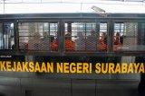 Sejumlah terdakwa anggota DPRD Kota Malang berada di mobil tahanan kejaksaan negeri Surabaya seusai menjalani  sidang dakwaan kasus suap pengesahan APBD Perubahan (APBD-P) Pemerintah Kota Malang tahun anggaran 2015 di Pengadilan Tindak Pidana Korupsi (Tipikor) Juanda, Sidoarjo, Jawa Timur, Rabu (9/1/2019). Sebanyak 10 anggota menjalani sidang dakwaan dari 41 anggota DPRD Kota Malang yang menjadi terdakwa dalam kasus suap pengesahan APBD Perubahan (APBD-P) Pemerintah Kota Malang tahun anggaran 2015 sebesar Rp700 juta. Antara Jatim/Umarul Faruq/ZK
