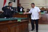 Terdakwa Bupati Nonaktif Mojokerto, Mustofa Kamal Pasa (kanan) bersalam dengan Jaksa Penuntut Umum seusai menjalani sidang putusan terkait kasus suap atas pengurusan izin prinsip pemanfaatan ruang (IPPR) dan Izin Mendirikan Bangunan (IMB) menara Telekomunikasi di Kabupaten Mojokerto tahun 2015 sebesar Rp2,7 miliar di Pengadilan Tindak Pidana Korupsi (Tipikor) Juanda, Sidoarjo, Jawa Timur, Senin (21/1/2019). Majelis hakim menjatuhkan vonis Mustofa Kamal Pasa dengan pidana delapan tahun penjara dan denda Rp500 juta subsider kurungan selama empat bulan serta pencabutan hak politik selama lima tahun. Antara Jatim/Umarul Faruq/ZK.