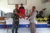 TNI berikan Alkitab kepada jemaat gereja di Keerom