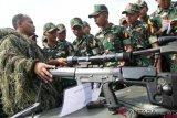 Taruna Taruni Akademi TNI tingkat I mengamati senjata senapan runduk Korps Marinir TNI AL saat Bhinneka Eka Bhakti 2019 di Bhumi Marinir Karangpilang Surabaya, Jawa Timur, Rabu (9/1/2019). Bhinneka Eka Bhakti 2019 diikuti 519 Taruna Taruni yang terdiri dari 295 orang Akademi Angkatan Darat, 109 orang Akademi Angkatan Laut dan 115 orang Akademi Angkatan Udara. ANTARA FOTO/M Risyal Hidayat/foc.