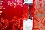 Perajin menjemur batik setengah jadi di Desa Klampar, Pamekasan, Jawa Timur, Rabu (30/01/2019). Pada tahun ini, Pemprov Jatim menargetkan 27.000 UMKM di Jawa Timur Masuk pasar daring.  Antara Jatim/Saiful Bahri/ZK