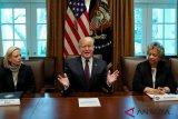 Presiden AS tandatangani perintah imigrasi yang membatasi kartu hijau