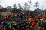 Tumbuhkan Nilai Kesetiakawanan Sosial, Kodim 1011/Klk Ajak Siswa Bersihkan Bangunan Korban Kebakaran di Kapuas