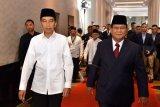 Capres nomor urut 01 Joko Widodo (kiri) berjalan bersama capres no urut 02 Prabowo Subianto sebelum mengikuti Debat Pertama Capres & Cawapres 2019, di Hotel Bidakara, Jakarta, Kamis (17/1/2019). Debat tersebut mengangkat tema Hukum, HAM, Korupsi, dan Terorisme. ANTARA FOTO/Setneg-Agus Suparto/foc/nym.