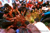 Warga Berebut Buah Lahung dan Durian pada Festival Buah Lokal Kalsel di Desa Marajai, Kabupaten Balangan, Kalimantan Selatan, Senin (14/1/2019). Sejumlah buah endemik Kalsel dipamerkan pada festival dalam upaya penyelamatan buah-buah endemik yang hampir punah dan memperkenalkan buah langka kepada wisatawan nasional dan internasional. Foto Antaranews Kalsel/Bayu Pratama S/f.