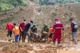 Petugas gabungan mengevakuasi motor yang tertimbun longsor di kampung Cimapag, Desa Sirnaresmi, Kecamatan Cisolok, Kabupaten Sukabumi, Jawa Barat, Rabu (2/1/2019). Pada hari ketiga pencarian, petugas SAR gabungan berhasil menemukan tiga jenazah korban longsor. ANTARA FOTO/M Agung Rajasa/nym.