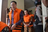 Sejumlah terdakwa anggota DPRD Kota Malang memakai rompi tahanan KPK seusai menjalani sidang dakwaan kasus suap pengesahan APBD Perubahan (APBD-P) Pemerintah Kota Malang tahun anggaran 2015 di Pengadilan Tindak Pidana Korupsi (Tipikor) Juanda, Sidoarjo, Jawa Timur, Rabu (9/1/2019). Sebanyak 10 anggota menjalani sidang dakwaan dari 41 anggota DPRD Kota Malang yang menjadi terdakwa dalam kasus suap pengesahan APBD Perubahan (APBD-P) Pemerintah Kota Malang tahun anggaran 2015 sebesar Rp700 juta. Antara Jatim/Umarul Faruq/ZK