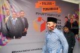 Walikota Bogor Bima Arya (kiri) bersama Ketua Badan Pengawas Pemilu (Bawaslu) Kota Bogor Yustinus Eliyas (kanan) usai memenuhi panggilan di kantor Bawaslu Kota Bogor, Kelurahan Bantarjati, Kota Bogor, Jawa Barat, Jum'at (11/1/2019). Kedatangan Walikota Bogor Bima Arya tersebut untuk memenuhi panggilan dan memberikan klarifikasi kepada Bawaslu Kota Bogor terkait pose satu jari yang dilakukannya saat calon wakil presiden Ma'ruf Amin berkunjung ke Yayasan Al Ghazali, Bogor, Jawa Barat, Sabtu (5/1/2019). ANTARA JABAR/Arif Firmansyah/agr.