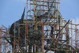Pekerja menyelesaikan pembangunan patung Suro dan Boyo di Taman Suroboyo, Kenjeran, Surabaya, Jawa Timur, Jumat (18/1/2019). Patung yang memiliki tinggi sekitar 25 meter tersebut akan menjadi patung lambang Kota Surabaya terbesar di kota itu dan direncanakan akan rampung pada Maret 2019 dengan harapan dapat meningkatkan kunjungan wisata dan perekonomian di wilayah tersebut. ANTARA FOTO/Zabur Karuru/pras.