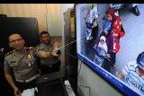 Kasatlantas Polres Klaten AKP Adhytiawarman Gautama Putra (kiri) menunjukan CCTV sitem tilang elektronik di Polres Klaten, Jawa Tengah, Senin (14/1/2019). Satlantas Polres Klaten mulai menerapkan sistem tilang elektronik atau Electronik Traffic Law Enforcement (ETLE) untuk memantau dan menindak lanjuti secara hukum bagi pelanggar lalu lintas. ANTARA FOTO/Aloysius Jarot Nugroho/nym.