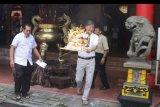 Umat Tridharma membakar kertas sesaji dalam ritual keagamaan Shiang Thian di Klenteng Eng An Kiong, Malang, Jawa Timur, Minggu (13/1/2019). Ritual yang diadakan setiap tanggal delapan bulan empat Imlek dalam kalender Tionghoa tersebut merupakan bentuk penghormatan terhadap Ji Lai Hud atau lebih dikenal dengan Buddha Tertawa. ANTARA FOTO/Ari Bowo Sucipto/nym