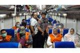 Sejumlah tahanan KPK dengan mengenakan baju tahanan menaiki kereta api dengan pengawalan petugas kepolisian menuju Surabaya di Jawa Timur, Senin (7/1/2019). Sebanyak 12 anggota DPRD Malang dipindahkan ke Surabaya menggunakan kereta api untuk menjalani persidangan di Pengadilan Tipikor di Surabaya terkait kasus dugaan suap pembahasan APBD-P Kota Malang tahun anggaran 2015. ANTARA FOTO/Handout/Humas KPK/wpa/wsj.