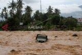 Warga Padang terjebak di aliran sungai deras