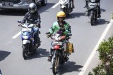 Pengendara sepeda motor mengamati aplikasi GPS (pelacak jalan) di gawainya saat berkendara di Jalan Rasuna Said, Kuningan, Jakarta, Kamis (7/2/2019). Pihak kepolisian akan melakukan tindakan hukum berupa tilang kepada pengendara yang menggunakan GPS saat berkendara karena dapat mengganggu konsentrasi saat berkemudi sehingga melanggar Undang Undang Nomor 22 tahun 2009 tentang Lalu Lintas dan Angkutan Jalan. (ANTARA FOTO)