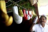Evaritus Matius Moa (61) menyelesaikan pembuatan suvenir sarung tinju di Kebon Pedes,  Kota Bogor, Jawa Barat, Kamis (7/2/2019). Kerajinan berbahan fiber dengan memproduksi beragam suvenir seperti piala, gantungan kunci, asbak, ikat pinggang dan miniatur ring tinju tersebut dijual dengan kisaran harga Rp10.000-Rp1,2 juta per unit tergantung jenis ukuran, serta dipasarkan ke sejumlah kota besar di Indonesia hingga pasar internasional seperti Australia, Korea Selatan dan Thailand. ANTARA JABAR/Yulius Satria Wijaya/agr.