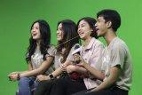Artis pemeran film Dilan 1991, Vanesha Prescilla (kedua kanan), Andryos Aryanto (kanan), Zulfa Maharani (kedua kiri) dan Yoriko Angeline (kiri) menjawab pertanyaan wartawan Antara saat melakukan kunjungan media ke Kantor Berita Antara di Gedung Wisma Antara, Jakarta, Rabu (6/2/2019). Kunjungan tersebut dalam rangka promosi film Dilan 1991 yang akan tayang secara serentak di bioskop pada 28 Februari mendatang. ANTARA FOTO/Dhemas Reviyanto/wsj.