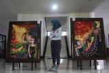 Pengunjung melihat lukisan berjudul