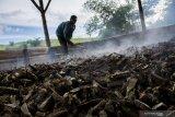 Pekerja menjemur gaplek di salah satu industri rumahan pengolahan singkong, Jampang Tengah, Kabupaten Sukabumi, Jawa Barat, Rabu (6/2/2019). Dalam sehari, industri rumahan tersebut mampu memproduksi gaplek singkong hingga lima ton dengan harga jual Rp3500 - Rp4000 per kilogram serta diekspor ke negara Cina.