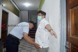 Tersangka kasus korupsi alat kesehatan (alkes) Hari Liewarnata alias Apin (kanan) digeledah petugas saat tiba di Lapas Klas IIA Pontianak di Kabupaten Kubu Raya, Kalimantan Barat, Rabu (6/2/2019). Hari Liewarnata yang masuk dalam Daftar Pencarian Orang (DPO) terkait kasus korupsi alkes RSUD Sanggau tahun 2014 tersebut ditangkap Tim Eksekusi Kejari Sanggau dan Adhyaksa Monitoring Center (AMC) Kejaksaan Agung di kediamannya di Grogol Jakarta Barat pada Rabu (6/2/2019) siang. ANTARA FOTO/Jessica Helena Wuysang