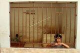 Sejumlah orang penyandang disabilitas mental berada di Panti Rehabilitasi Yayasan Galuh, Bekasi, Jawa Barat, Kamis (7/2/2019). KPU Kota Bekasi mencatat sebanyak 22 orang penyandang disabiltas mental se-Kota Bekasi telah masuk daftar pemilih tetap (DPT) dan memiliki KTP Elektronik untuk mengikuti hak pilih pada Pemilu 17 April 2019. (ANTARA FOTO)