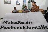 Komisioner Komnas HAM Amiruddin al Rahab (kanan) didampingi Ketua Aliansi Jurnalis Independen (AJI) Abdul Manan (tengah), dan Ketua YLBHI Asfinawati (kiri) memberikan paparan saat diskusi publik di Kantor Komnas HAM, Jakarta, Jumat (8/2/2019). Diskusi tersebut membahas tentang remisi pembunuh jurnalis dalam perspektif HAM. ANTARA FOTO